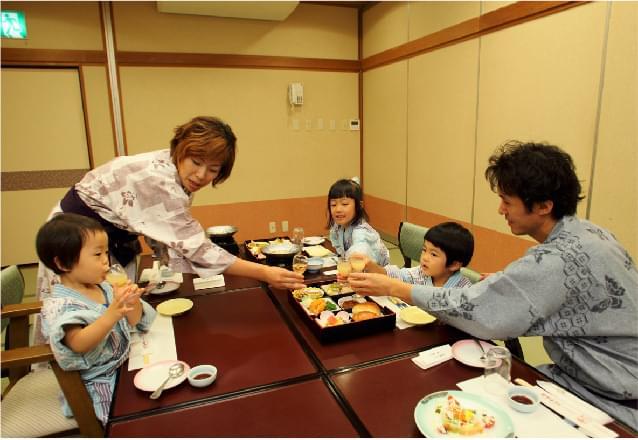 親子食事中の写真